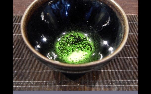 黑釉襯色讓綠茶彰顯跳躍!